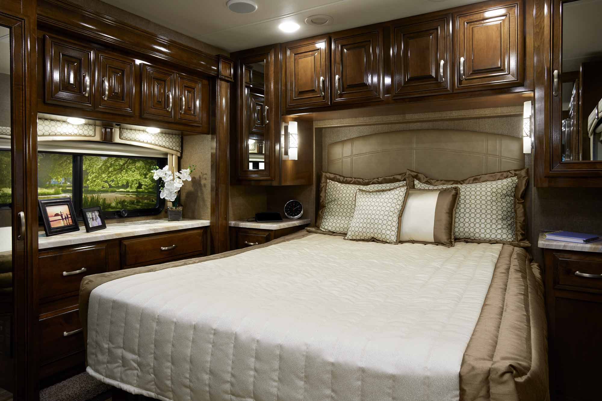 Palazzo class a diesel motorhomes thor motor coach for Motor coaches with 2 bedrooms